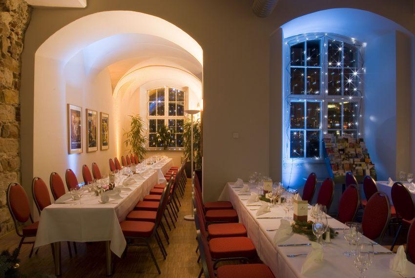 Das weihnachtlich geschmückte Museumscafé mit langen, festlich gedeckten Tischen.